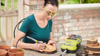 Frau beim Basteln mit Akku-Rotationswerkzeuge