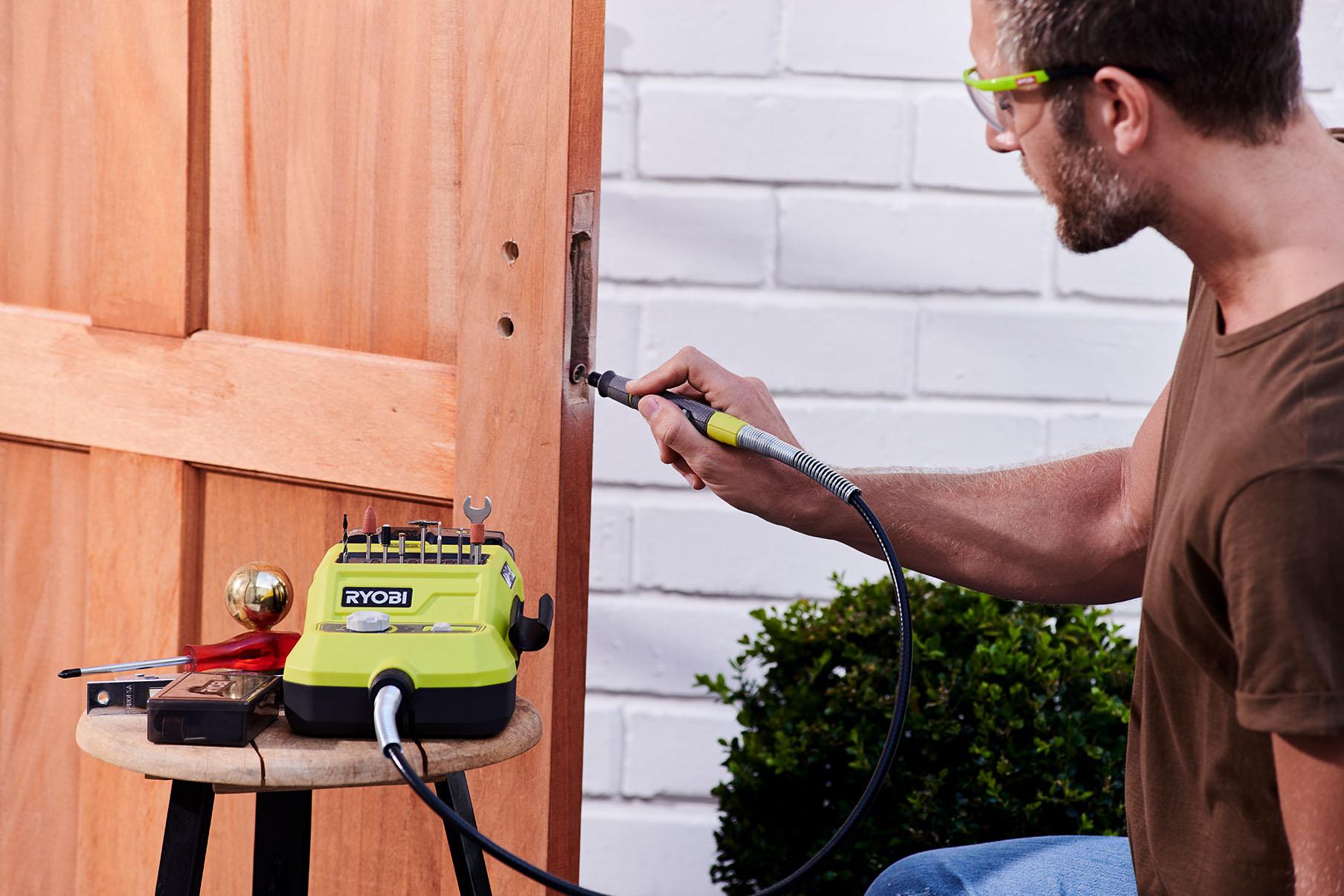 Mann beim Heimwerken Akku-Rotationswerkzeuge mit