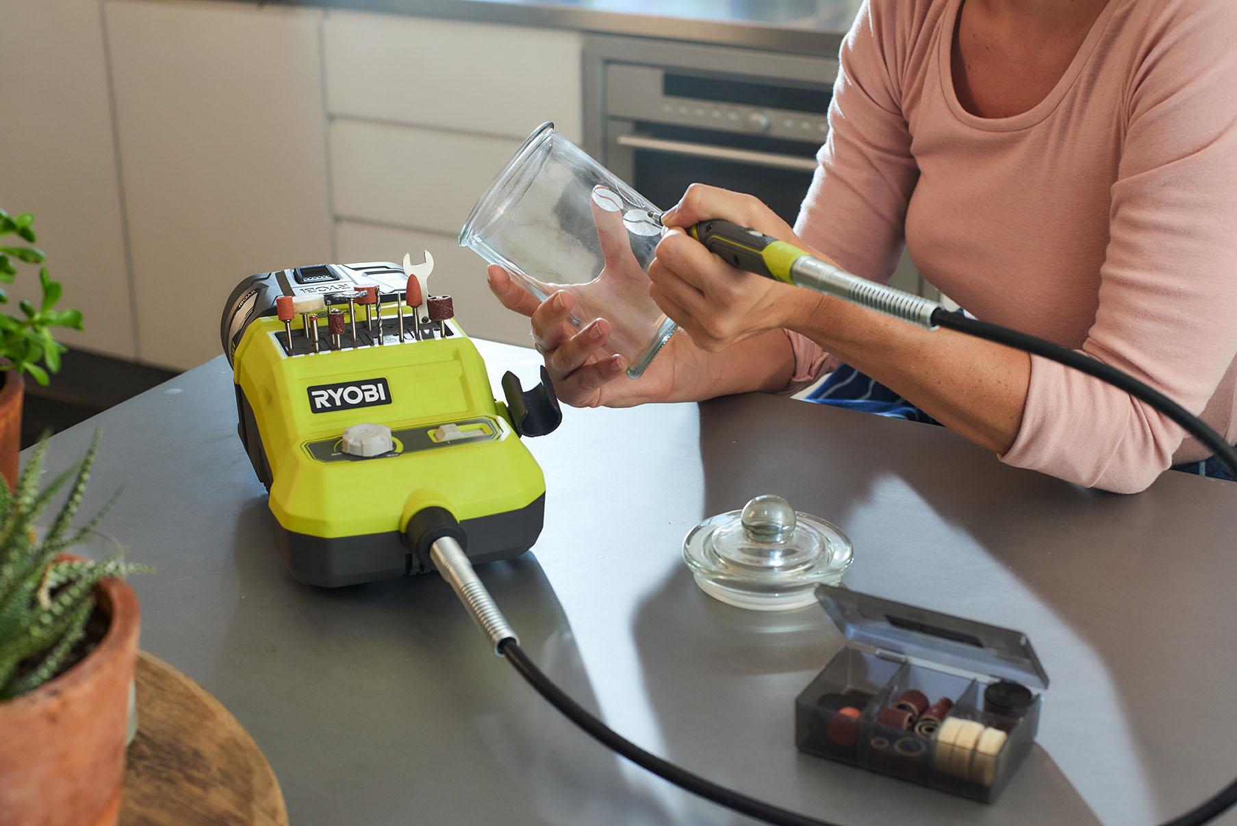 Frau beim Gravieren mit Akku-Rotationswerkzeuge
