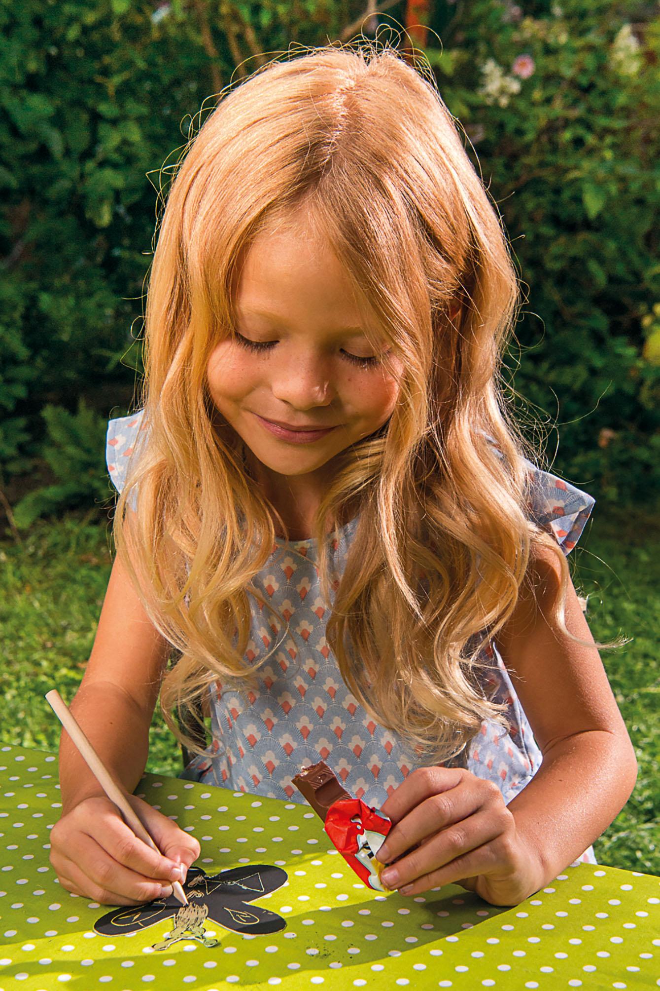 Mädchen bastelt Ostergeschenk für die Oma - Basteltipps Ostergeschenke