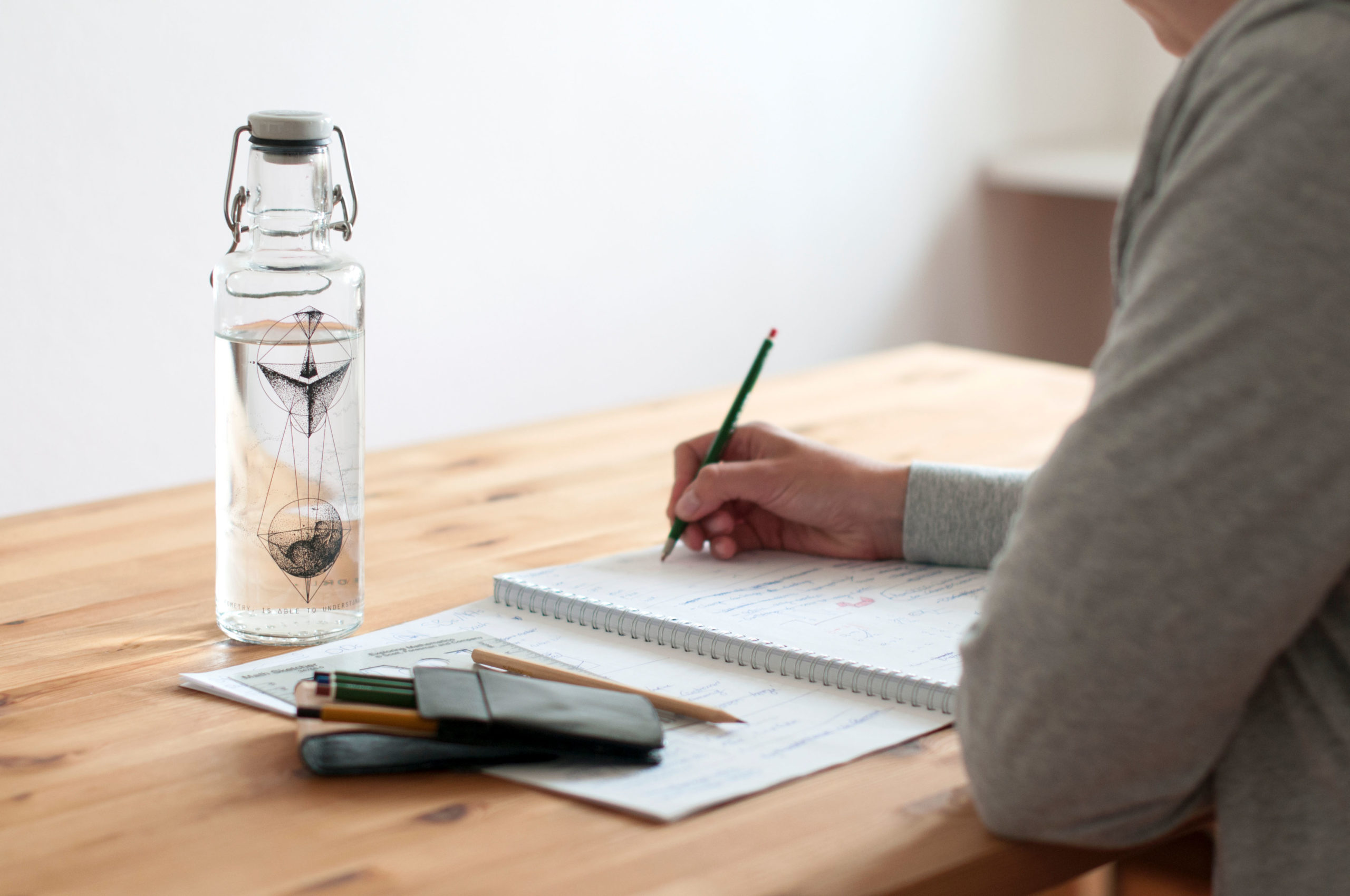 Glasflasche auf dem Schreibtisch