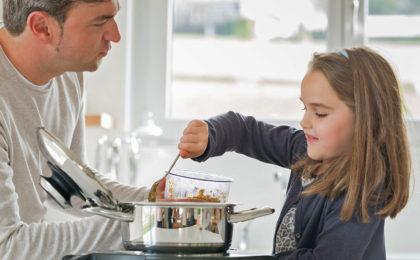 Vater und Tochter beim Kochen - Intelligente Küchenhelfer