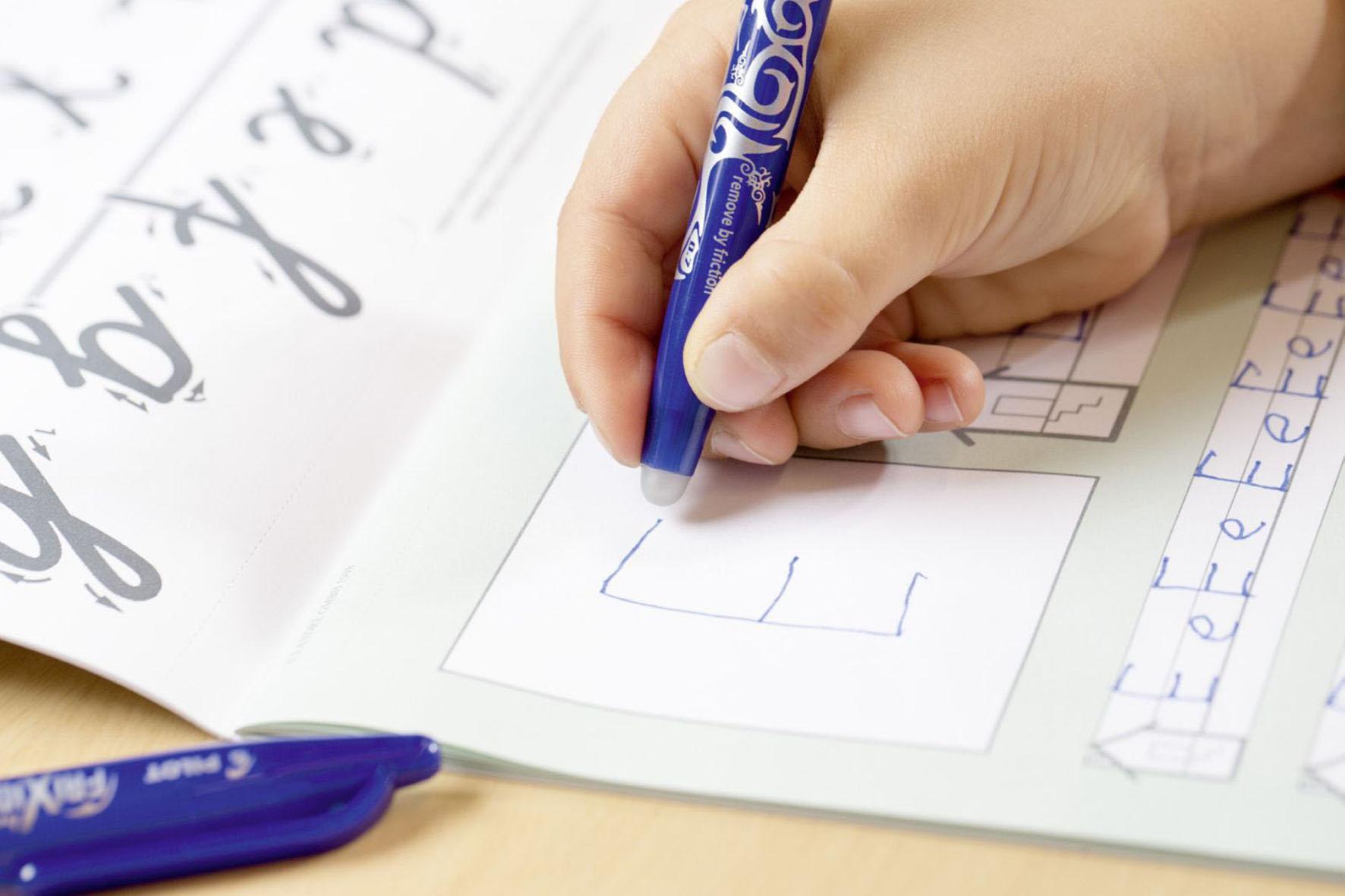 Kind bei den Hausaufgaben - Lernmotivation