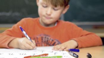 Junge bei den Hausaufgaben - Lernmotivation