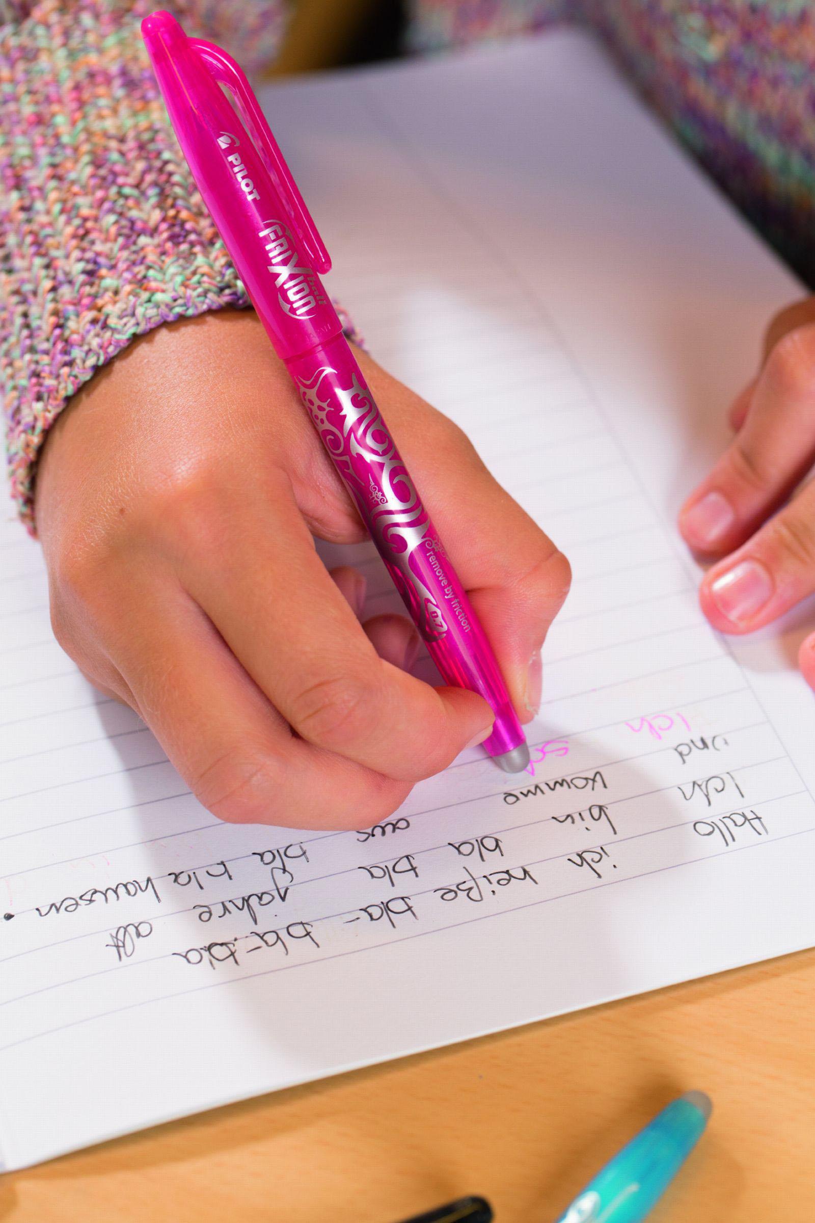Mädchen übt Schreiben - Lernmotivation