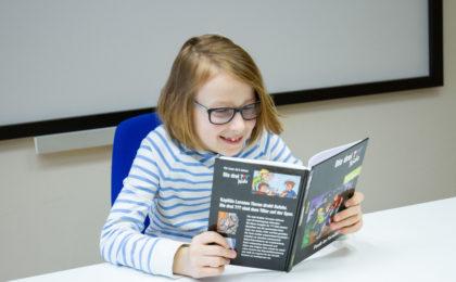 Mädchen mit Buch - leseschwache Kinder