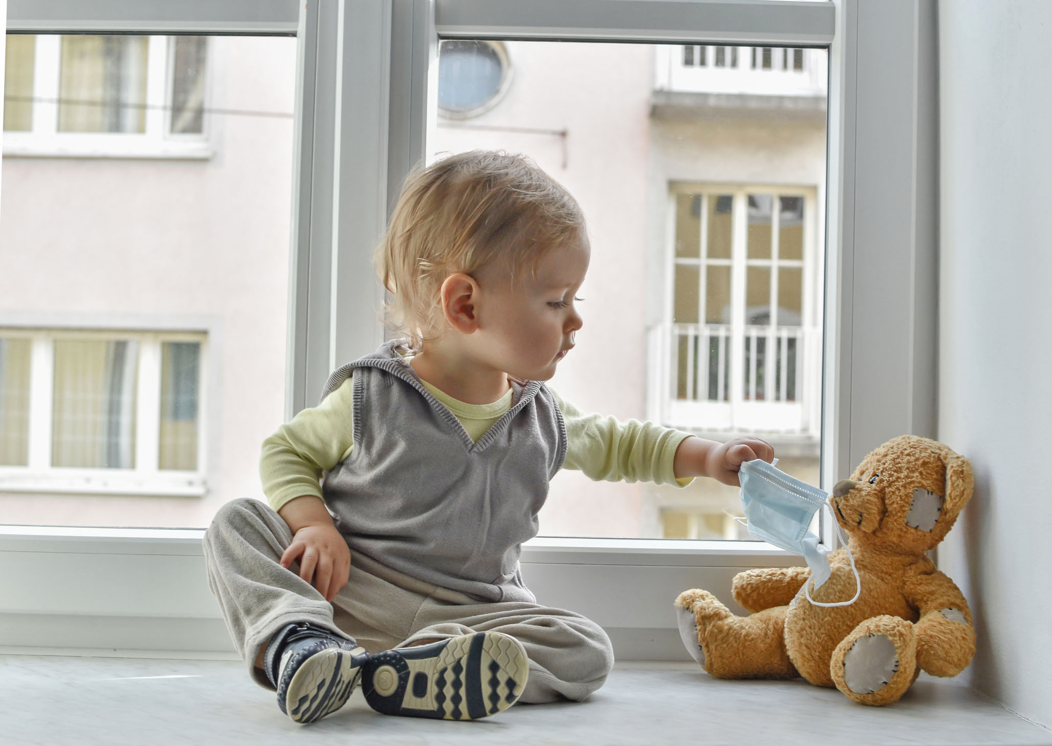 Baby spielt - Medikamente sicher liefern lassen