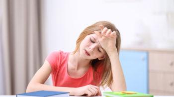 kind mit Kopfschmerzen bei Migräne