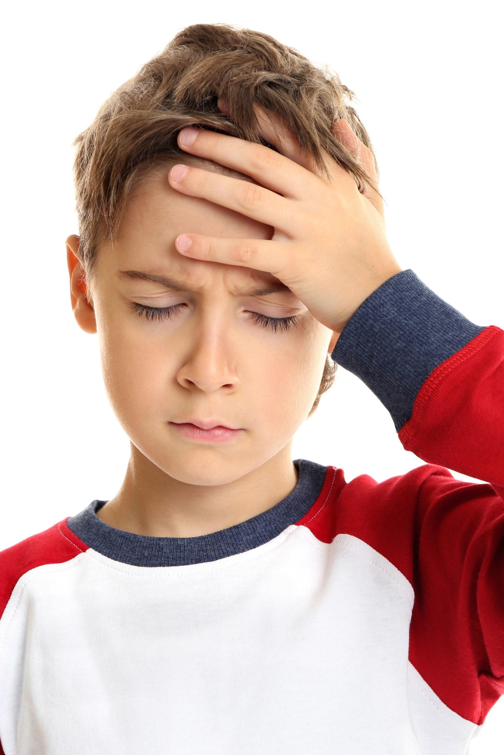 Junge hat Kopfschmerzen bei Migräne