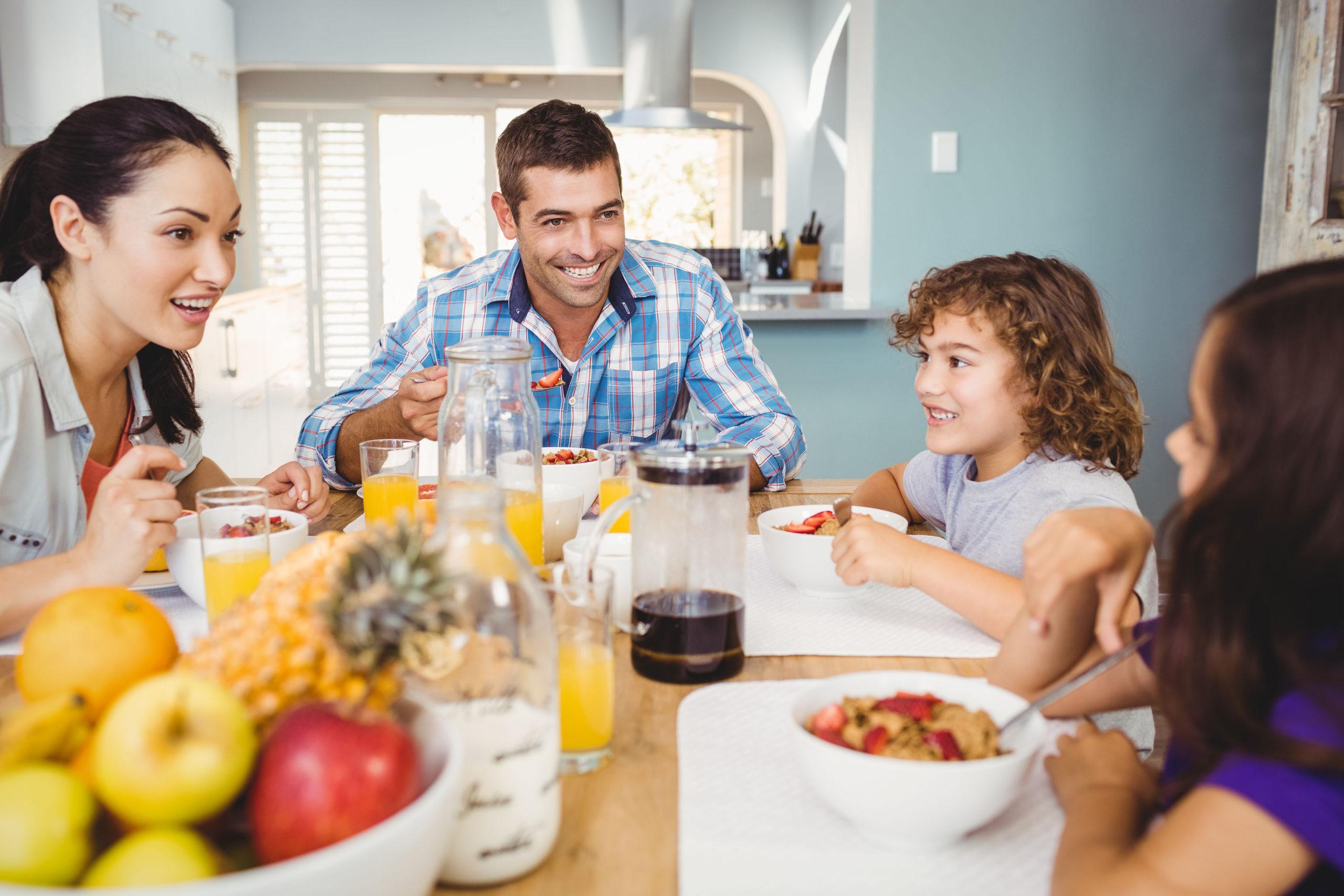 Familie isst Obst und Gemüse