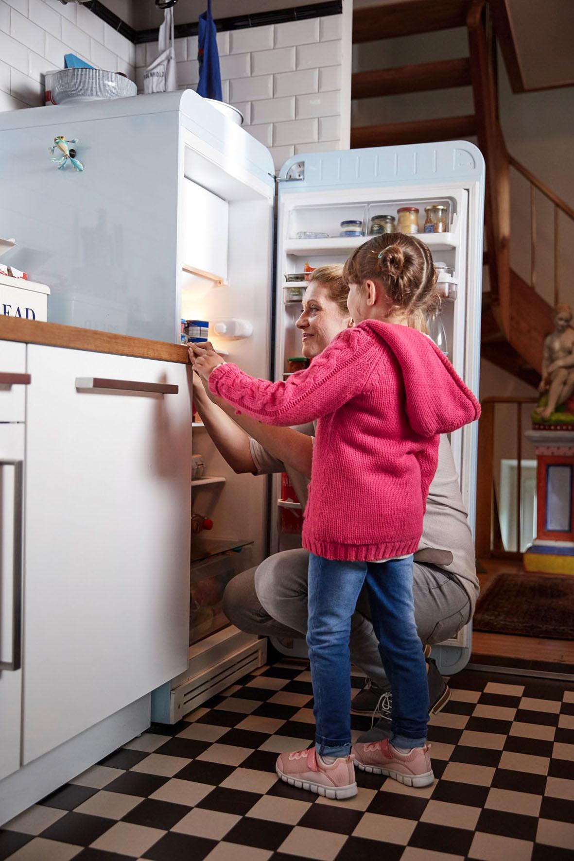 kind am Kühlschrank - Umweltenergie