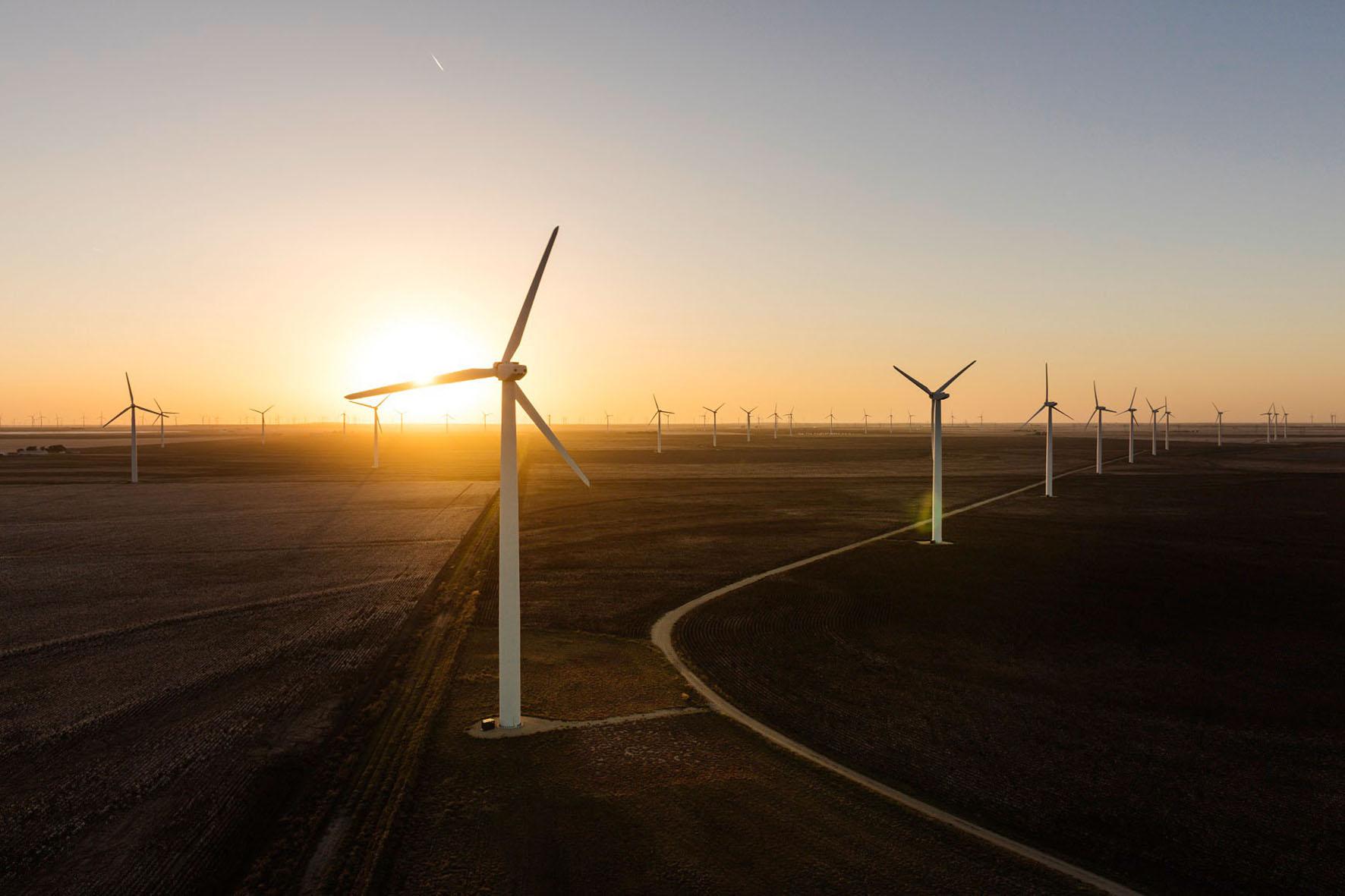 Windräder im Sonnenuntergang - Umweltenergie