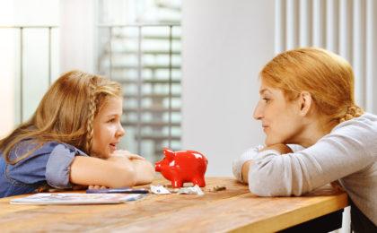Mutter und Tochter mit Sparschwein - Als Familie sparen