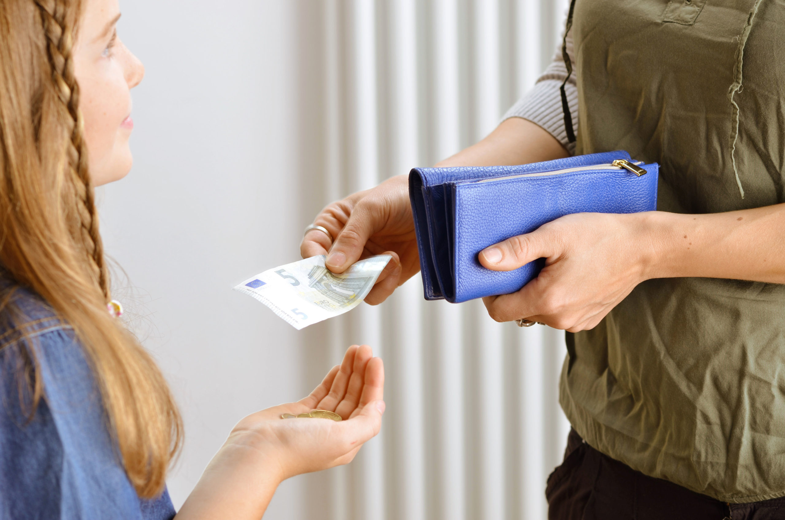 Tochter bekommt Taschengeld - Als Familie sparen